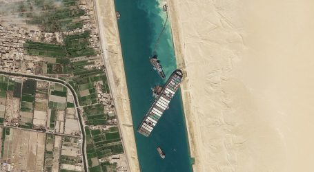 Lirohet pjesërisht anija e bllokuar në Kanalin e Suezit
