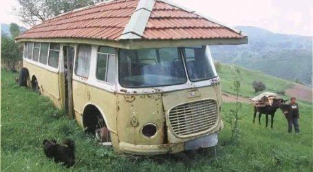 FOTOLAJM/ Korçarët dallohen për nikoqirë… ja si e kanë sajuar këtë autobus të vjetër