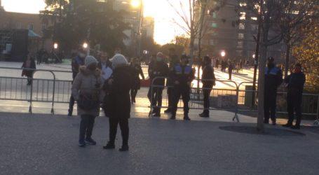 PD mbledh qindra qytetarë në shesh, PS ua ndalon hyrjen me gardh metalik