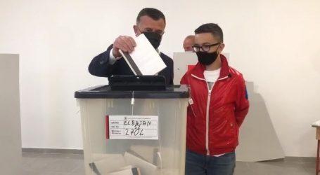 Voton Taulant Balla, shoqërohet nga djali i vogël
