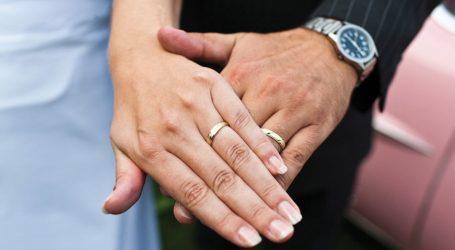 Anulon dasmën sepse zbulon tradhtinë e të fejuarit në rrjetet sociale