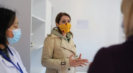 """Manastirliu inspekton procesin në sheshin """"Skënderbej"""": Objektivi i ri, 1 milion vaksinime"""