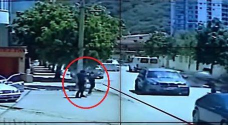 VIDEO/ Dalin pamjet e rënda nga momenti i ekzekutimit të biznesmenit në Vlorë, autorit i bie kallashnikovi nga dora…