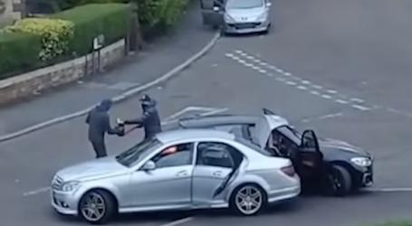 VIDEO/Banda kriminale ndalon në mes të rrugës makinën, sulmon me shkopinj bejsbolli 34-vjeçarin